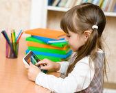 Маленькая девочка с помощью планшетного компьютера — Стоковое фото