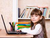 Niña utilizando una computadora portátil en la escuela — Foto de Stock