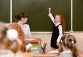 Dziewczyna odpowiada na pytania nauczycieli w pobliżu kuratorium — Zdjęcie stockowe