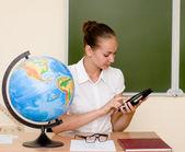 Profesor sosteniendo un equipo tablet pc en el aula — Foto de Stock