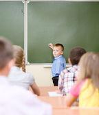 Estudante perto de um conselho escolar — Foto Stock
