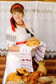žena hospodářství chléb — Stock fotografie