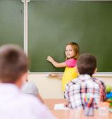 女の子の学校の理事会に近い教師の質問に答えます — ストック写真