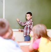 学校の理事会の近くの男子生徒 — ストック写真