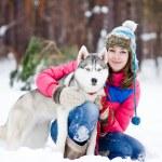 一名妇女与她美丽的狗坐在户外的肖像 — 图库照片
