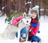 Portret van een vrouw met haar mooie hond buiten zitten — Stockfoto
