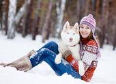 美丽的女孩在冬季森林与狗 — 图库照片