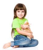 Weinig meisje knuffelen kitten. — Stockfoto