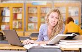 студентка с ноутбуком — Стоковое фото