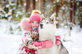 Little girl and hasky dog together in winter park — 图库照片