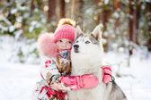 Küçük kız ve hasky köpek kış parkta birlikte — Stok fotoğraf