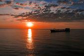 De scheepswerf drijft tegen een prachtige zonsondergang — Stockfoto