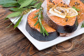 Fresh raw salmon red fish steak with herbs, spices and vegetables — Stockfoto