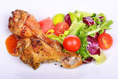 Grilled chicken drumstick with vegetables on the plate. — Stok fotoğraf