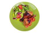 Plaka sebzeli ızgara tavuk baget. beyaz izole — Stok fotoğraf