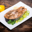 Foto Stock: Salmon steak with vegetables cooked on the grill