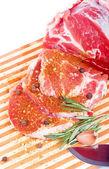 生の肉、野菜、スパイス木の板を — ストック写真