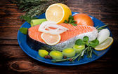 Fresh raw salmon red fish steak with herbs, spices and vegetables — 图库照片