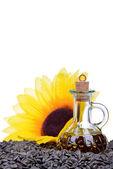 Färska solrosfrön olja i en flaska isolerad på vit bakgrund — Stockfoto