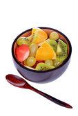 фруктовый салат с клубникой, апельсины, киви, голубика и персики — Стоковое фото