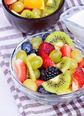 Fruit salad with strawberries, oranges, kiwi, blueberries and peaches — Foto de Stock