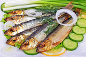 Smoked fish, salad and onion — Stockfoto