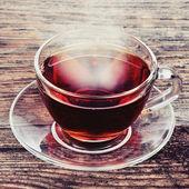 Een kopje thee op houten achtergrond — Stockfoto