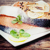 Fresh salmon steak with herbs, spices and vegetables — ストック写真