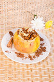 Baked apple with nuts — Stockfoto