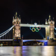 Tower Bridge in London, UK at night displaying the giant Olympic rings — Stock Photo