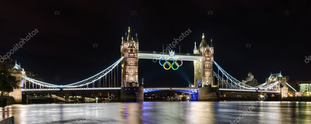 London, UK - August 13, 2012: Tower Bridge illuminated at night during the London Summer Olympics 2012. The Tower Bridge is displaying the giant Olympic rings — Stock Photo #12333410