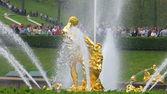 Fuente de sansón de la gran cascada en palacio peterhof, rusia — Foto de Stock