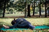 Mulher fazendo yoga no parque — Foto Stock