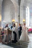 Bruid en bruidegom tijdens orthodoxe huwelijksceremonie — Stockfoto