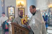 Präst under ortodoxa bröllopsceremonin — Stockfoto