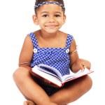 härlig liten tjej med bärbar dator — Stockfoto