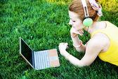 Mulher jovem, tendo o resto do parque com laptop — Fotografia Stock