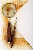 笔和放大镜 — 图库照片
