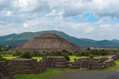 Pyramid of the Sun as viewed from pyramid of the Moon, Mexico — Stock Photo