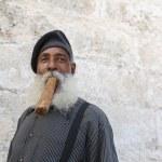 Кубинский человек некурящих сигары — Стоковое фото