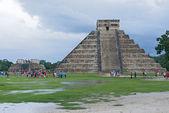 The Kukulkan pyramid in Chichen Itza archeological park, Mexico — Stock Photo