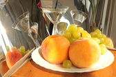 Brzoskwinie i winogrona. martwa natura — Zdjęcie stockowe