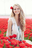 美少妇与花卉郁金香 — 图库照片