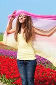 Vrouw in rode tulp veld — Stockfoto
