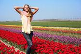 žena v poli červený tulipán — Stock fotografie