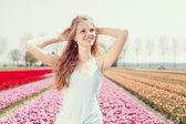 Frau im tulpenfeld — Stockfoto