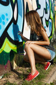 Belle fille est dessin graffiti — Photo