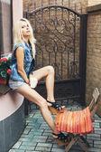 Jonge mooie blonde vrouw — Stockfoto
