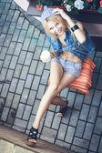 молодая женщина курит сигарету — Стоковое фото