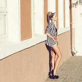 Jovem mulher com vestido de verão — Fotografia Stock